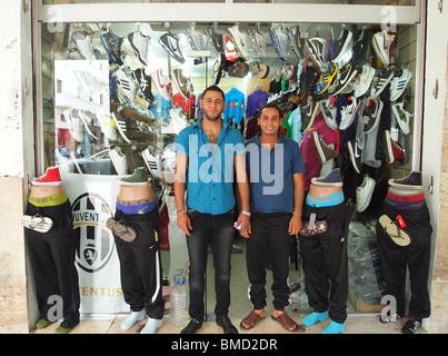 tripoli libyen libyschen jungen m nner und frauen kleidungsstile ffentlicher park in der. Black Bedroom Furniture Sets. Home Design Ideas
