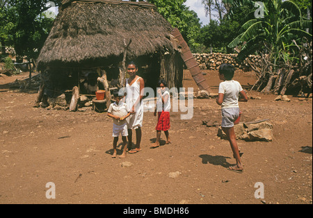 Maya-Kinder Hütte Nachkommen der Maya-Indianer vor dem reetgedeckten Dach in einem kleinen Dorf auf der Halbinsel - Stockfoto