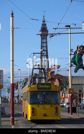 Blackpool Straßenbahn mit Turm im Hintergrund an der Strandpromenade promenade Lancashire England uk - Stockfoto