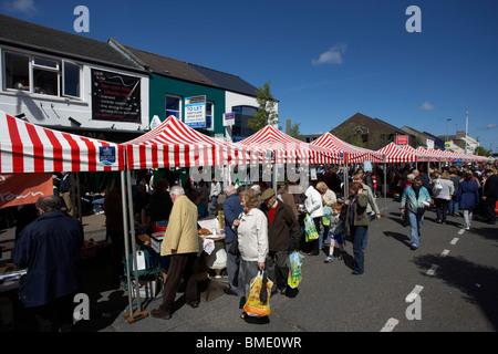 Tented Stände in der Hauptstraße von Holywood County down während Mai Tag Messe und Festival Nordirland Vereinigtes - Stockfoto