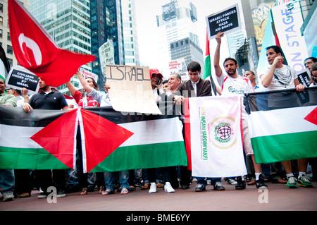 Tausende versammeln sich im New Yorker Times Square, Israels tödlicher Angriff auf die humanitären Hilfsflotte zu - Stockfoto
