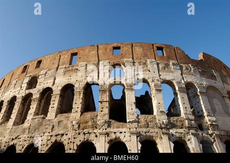 blickte zu dem römischen Kolosseum an einem sonnigen Tag - Stockfoto