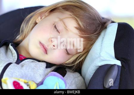 sch ne babym dchen schlafend auf ihrem vater 39 beine stockfoto bild 309889389 alamy. Black Bedroom Furniture Sets. Home Design Ideas