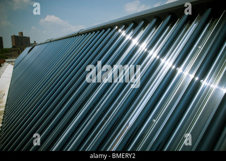 Eine thermische Solaranlage ist auf dem Dach des Coney Island Zug Hof Maintenance Facility in Brooklyn in New York - Stockfoto