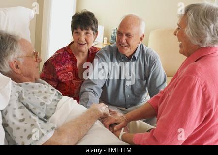 Besuch einer älteren Vater im Krankenhaus - Stockfoto