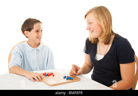 Bruder und Schwester spielen zusammen ein Brettspiel. Isoliert auf weiss.