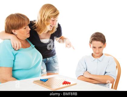 Ältere Schwester immer ihren kleinen Bruder in Schwierigkeiten mit Mama. Isoliert auf weiss.