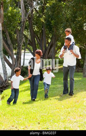 Fort Lauderdale, Florida, Vereinigte Staaten von Amerika; Eine Familie, ein Spaziergang In einem Park - Stockfoto