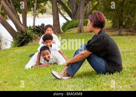 Fort Lauderdale, Florida, Vereinigte Staaten von Amerika; Söhne drängen auf ihres Vaters zurück, während ihre Mutter - Stockfoto