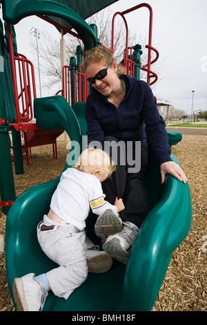 15 Monate alten Jungen und Mama Rutschbahn hinunter. - Stockfoto