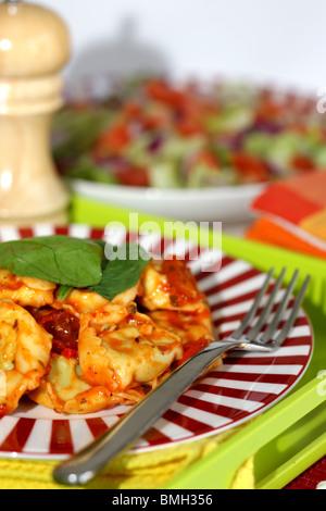 Frisch zubereiteten italienischen oder Mediterranen Stil authentisch Spinat und Ricotta Tortelloni Nudeln mit Salat - Stockfoto
