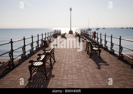 Stein-Steg / Pier im morgendlichen Sonnenlicht bei Swanage - Stockfoto