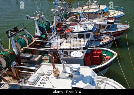 Eine Reihe von kleinen Fischerboote vertäut im Hafen von Boulogne-sur-Mer in der Region Pas-de-Calais, Frankreich. - Stockfoto