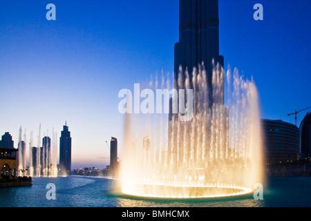 Die Dubai Fountain-Anzeige vor dem Burj Dubai oder Khalifa, das höchste Gebäude der Welt, in der Innenstadt von - Stockfoto