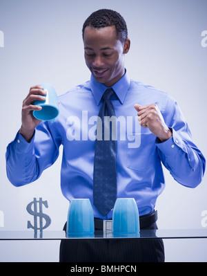 Geschäftsmann spielen Spiel des Zufalls - Stockfoto