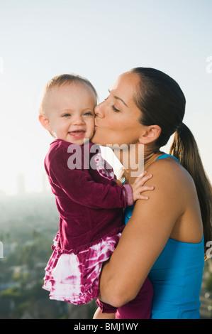 Frau küssen Kleinkind - Stockfoto