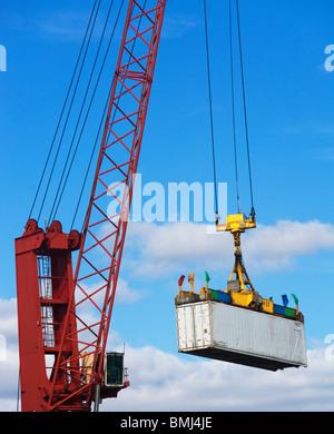 Kran heben ein Frachtcontainer - Stockfoto