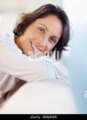 Frau, entspannend auf couch - Stockfoto