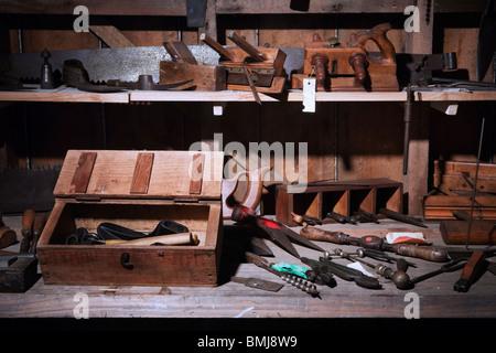 Im 19.Jahrhundert (XIX) (1800 s) Werkbank mit Sägen, Hobel, Hammer und viele Zimmerhandwerk-Werkzeuge, Auckland, - Stockfoto