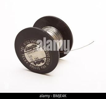 Spool-Silber farbigen Widerstand Draht auf schwarzem Kunststoff Walze isoliert gegen weiß. - Stockfoto