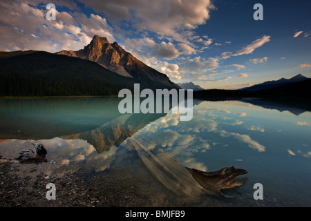 Emerald Lake in der Dämmerung mit dem Gipfel des Mt Burgess über Yoho Nationalpark, Britisch-Kolumbien, Kanada - Stockfoto