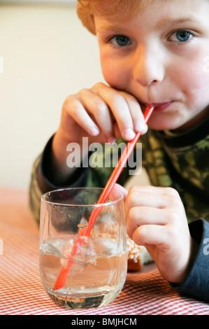 Closeup auf Boy bläst einen Strohhalm - Stockfoto