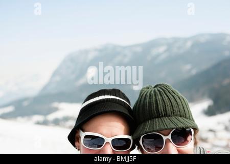 Paar in Alpen auf Kamera - Stockfoto