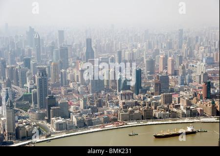 Smog und Luftverschmutzung in der Stadt gesehen von oben, Shanghai, China - Stockfoto
