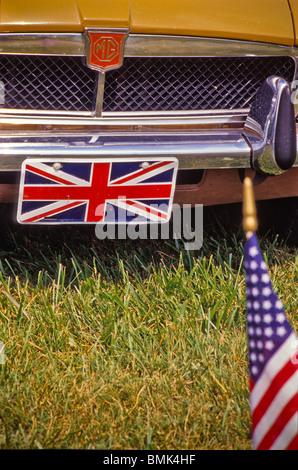 Nahaufnahme vom klassischen MG Automobil Nummernschild UK Symbol USA amerikanische Flagge grill - Stockfoto