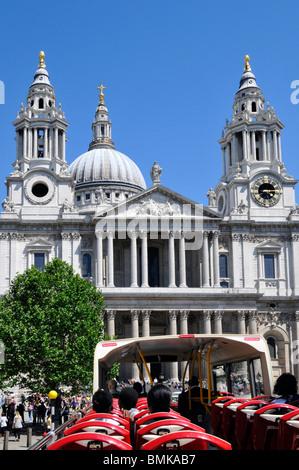 Touristen auf offene Top Tour-Bus nähert sich St Pauls Cathedral - Stockfoto