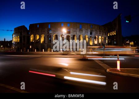 Das Kolosseum bei Nacht mit Ampeln, Rom, Italien - Stockfoto