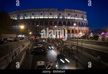 Das Kolosseum bei Nacht beleuchtet in bunten Lichtern, Rom, Italien - Stockfoto