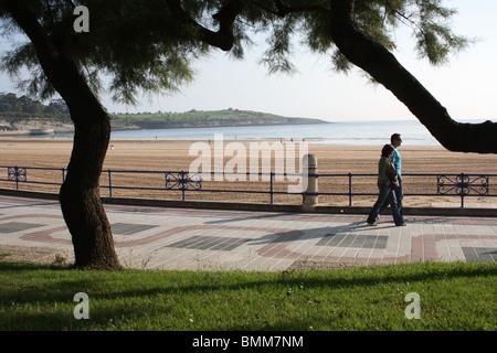 Paare, die auf Promenade Playa 2 del Sardinero, Santander, Kantabrien, Spanien - Stockfoto