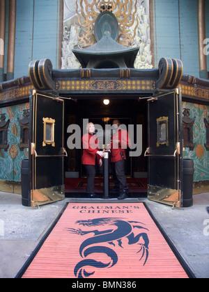 Türsteher von Grauman es Chinese Theater, Hollywood, Los Angeles, Kalifornien, USA - Stockfoto