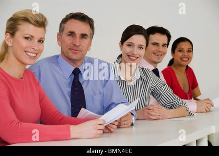 Glücklich Geschäftskollegen schauen in die Kamera - Stockfoto