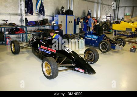 Die Formel Ford öffnen Wheeler Rennwagen in einer garage - Stockfoto