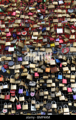 Liebesschlösser auf der Hohenzollernbrücke in Köln Köln Deutschland Europa - Stockfoto
