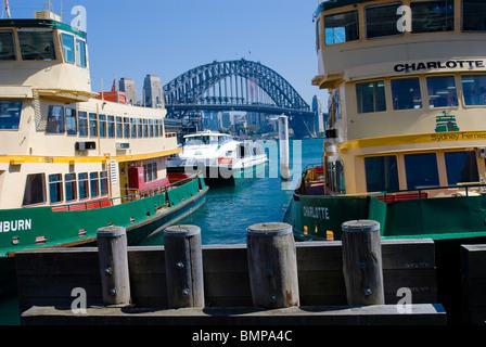 Sydney Harbour Ferries mit Harbour Bridge-Hintergrund - Stockfoto