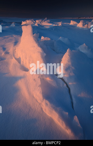 Eis und Schnee Formationen im ersten Licht am Larkollen in Rygge Kommune, Østfold Fylke, Norwegen. - Stockfoto