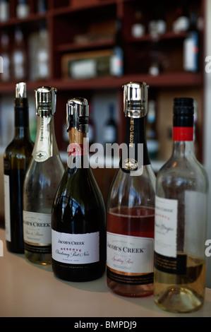 Verkostung von Flaschen bei der Jacob Creek Winery Visitor Centre in das Barossa Valley, South Australia - Stockfoto