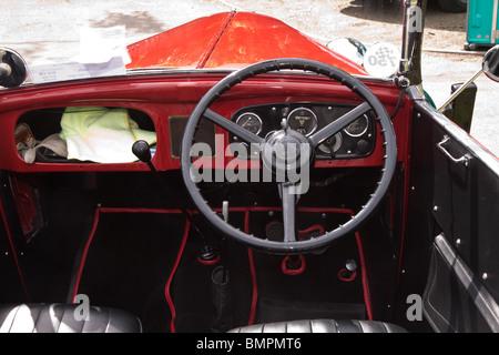 Armaturenbrett oldtimer  Armaturenbrett und Lenkrad in einem roten Oldtimer Austin 7 ...