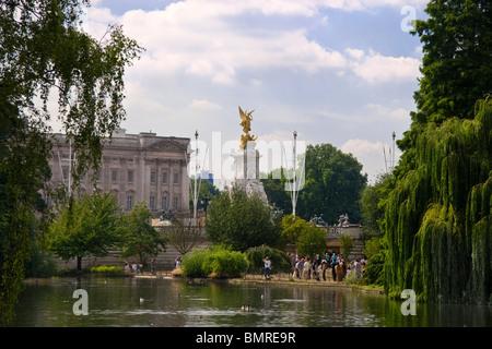 Queen Victoria Monument und Buckingham-Palast von St. James Park gesehen. London, England - Stockfoto