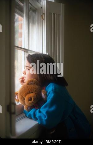 Trauriges Mädchen suchen Fenster - Stockfoto