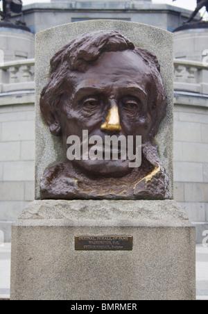 Abraham Lincoln brüniert Nase an seinem Grab in Springfield, Illinois - Stockfoto