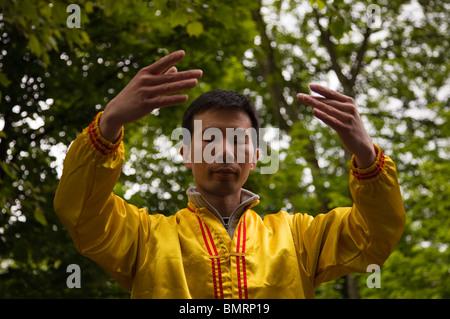 """Menschen, die Falun Gong praktizieren, eine Form der chinesischen Meditationsübungen in Position bekannt als """"Falun - Stockfoto"""