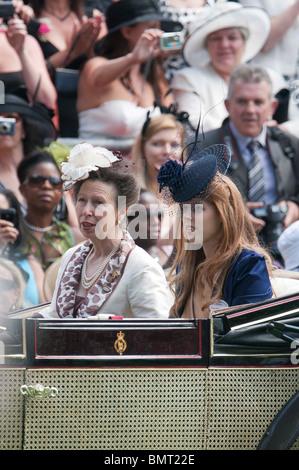 Britischen Mitgliedern der königlichen Familie Prinzessin Anne L und Prinzessin Beatrice kommen mit der Kutsche - Stockfoto