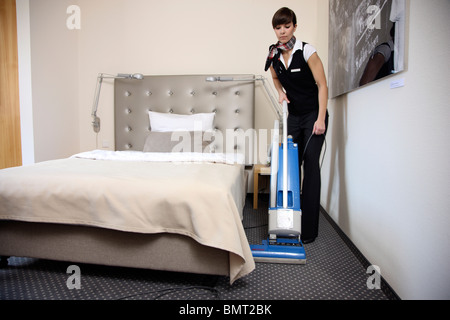 betten machen englisch, hotel, zimmer-service, housekeeping, die bei der arbeit in einem, Design ideen