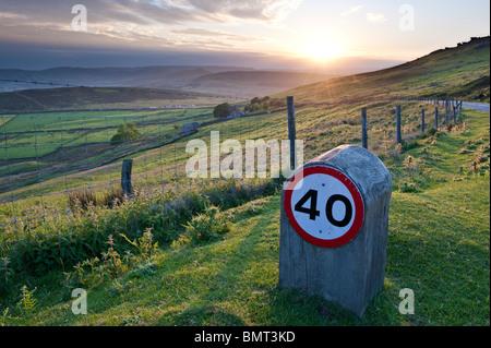 40 km/h Geschwindigkeitsbeschränkung über Moorland Straßen - Stockfoto
