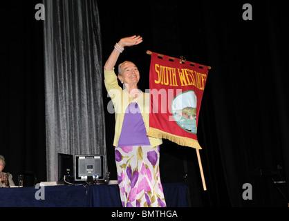 Mitglied der StadtbewohnerInnen Gilde, die Teilnahme an der Parade der Banner auf ihrer jährlichen Konferenz - Stockfoto