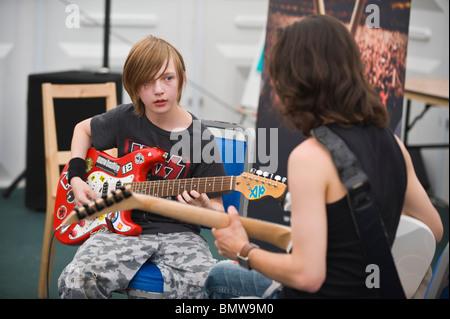 Rock-Riffs Guitar Workshop mit jungen im Teenageralter in Heuschnupfen Imagination Station bei Hay Festival 2010 - Stockfoto